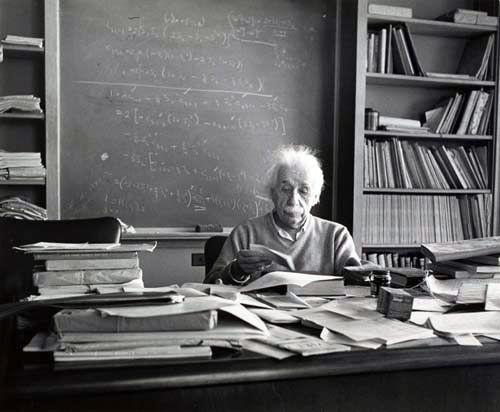 Albert Einstein at his desk | Citation einstein, Citations d ...