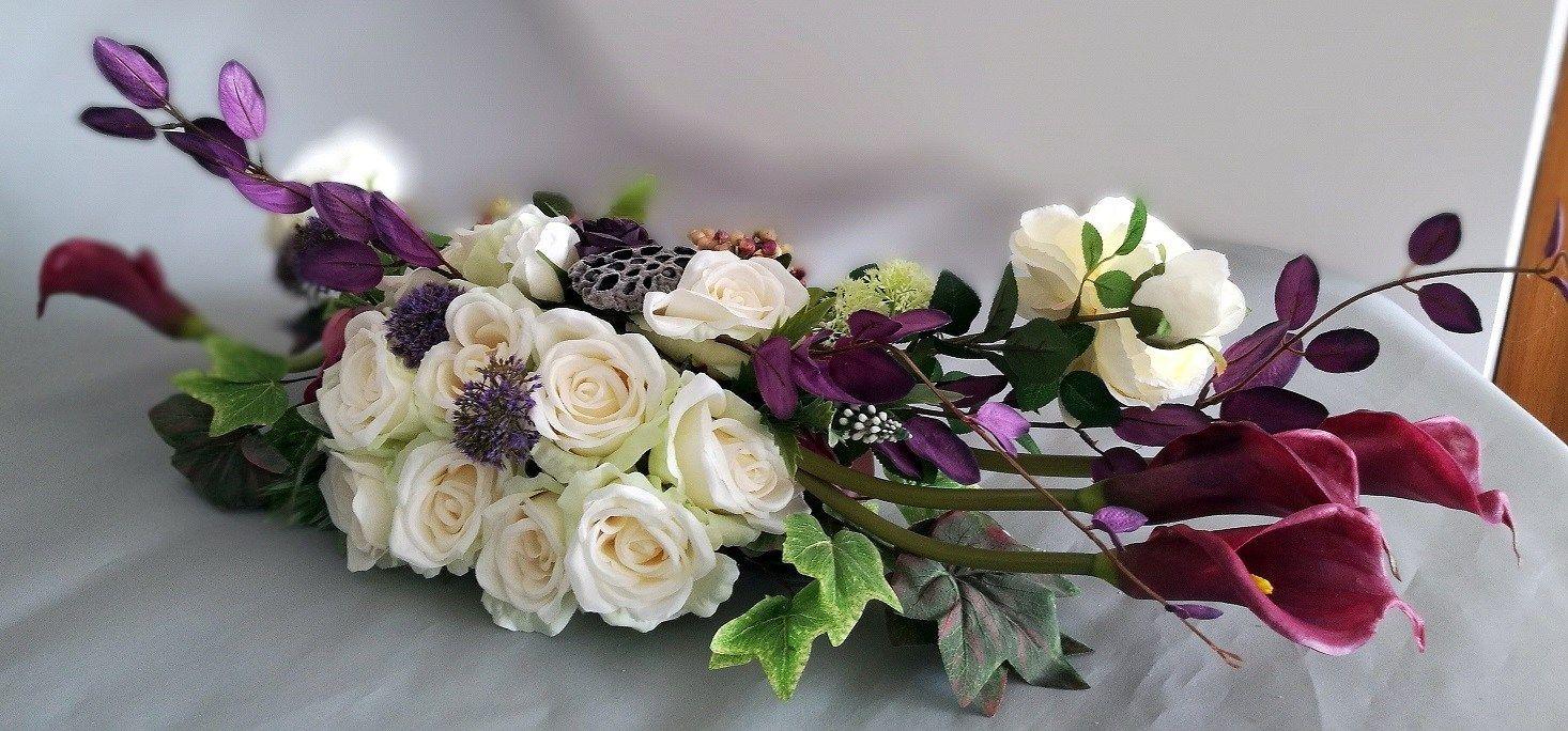 Stroik Na Cmentarz Fioletowe Kalie I Biale Roze Swiateczne Atelier Flower Arrangements Floral Floral Wreath