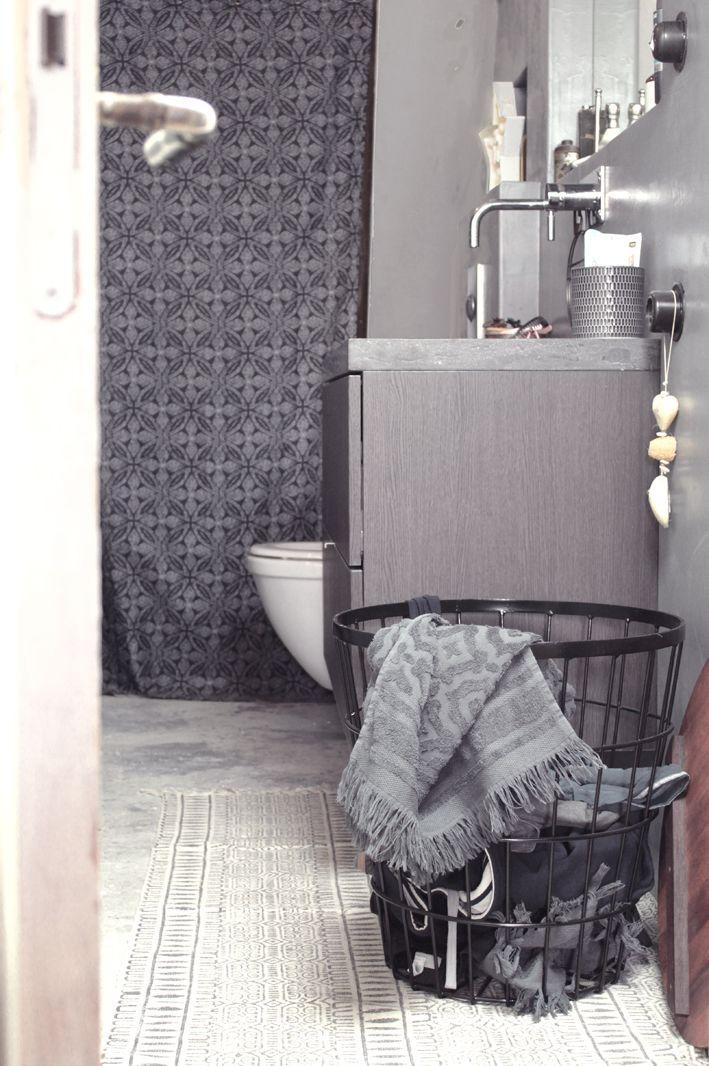 Zwarte draadmand van MaximaVida, goed te gebruiken als wasmand in de ...