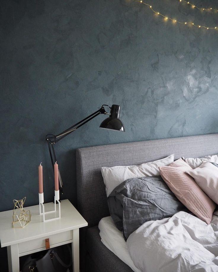 linge de lit interiors Chambre aux murs bleu nuit et linge de lit pastel | dream house  linge de lit interiors