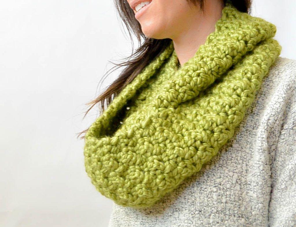 Chunky, Squishy Crochet Infinity Scarf Pattern | Tejido