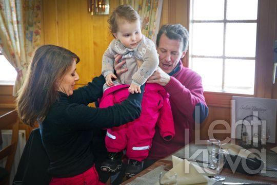Kuninkaalliskuvat | Tanskan prinssi Joachim perheineen hiihtolomalla Sveitsissä | Lehtikuva | lehtikuva.fi