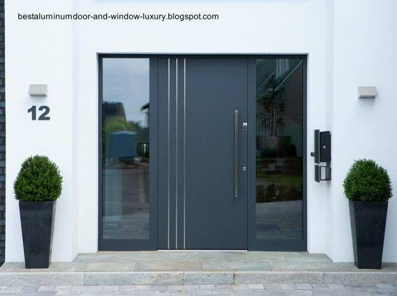 Puerta de aluminio en la entrada a una casa puertas for Puerta entrada casa