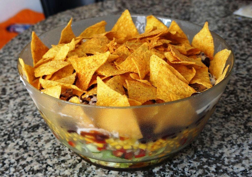 #Vegan leben mit #Vetaretus-1: An meinem ersten veganen Tag habe ich einen Nacho Salat gemacht. Den Nacho Salat, den viele mit Hackfleisch, Schmand und Käse so gern mögen – nur eben als vegane Version. http://vetaretus-1.de