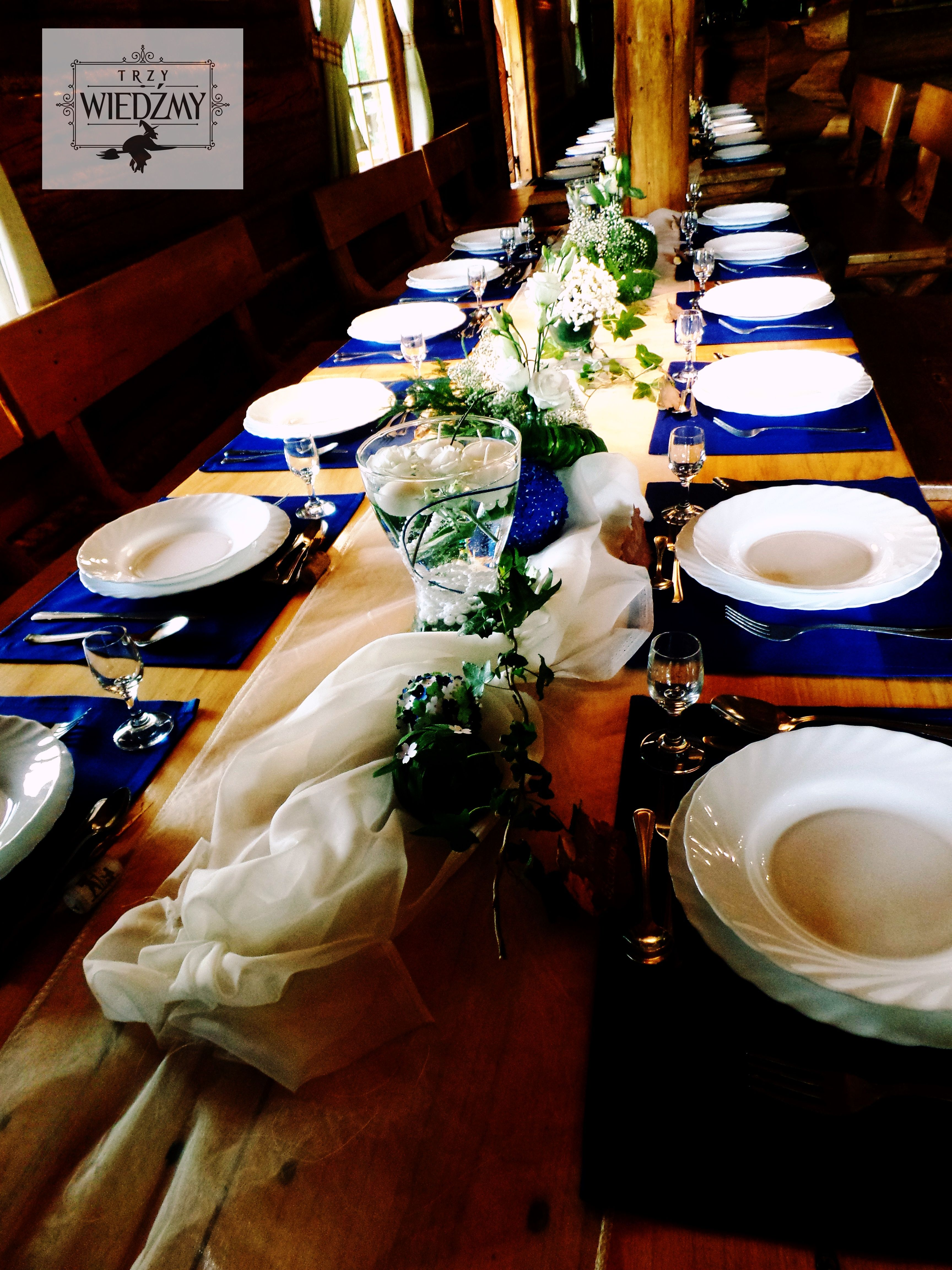 Dekoracje Calego Stolu Gosci Talerze Ustawione Na Niebieskich Serwetkach Posrodku Kompozycje Z Bialych I Niebieskich Kwiat Table Decorations Decor Home Decor
