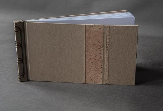 Esta libreta, de estilo japonés, ha sido confeccionada con un papel marrón de 200 gr/m2. Se han añadido algunas partes de corcho de la variedad pinot noir.