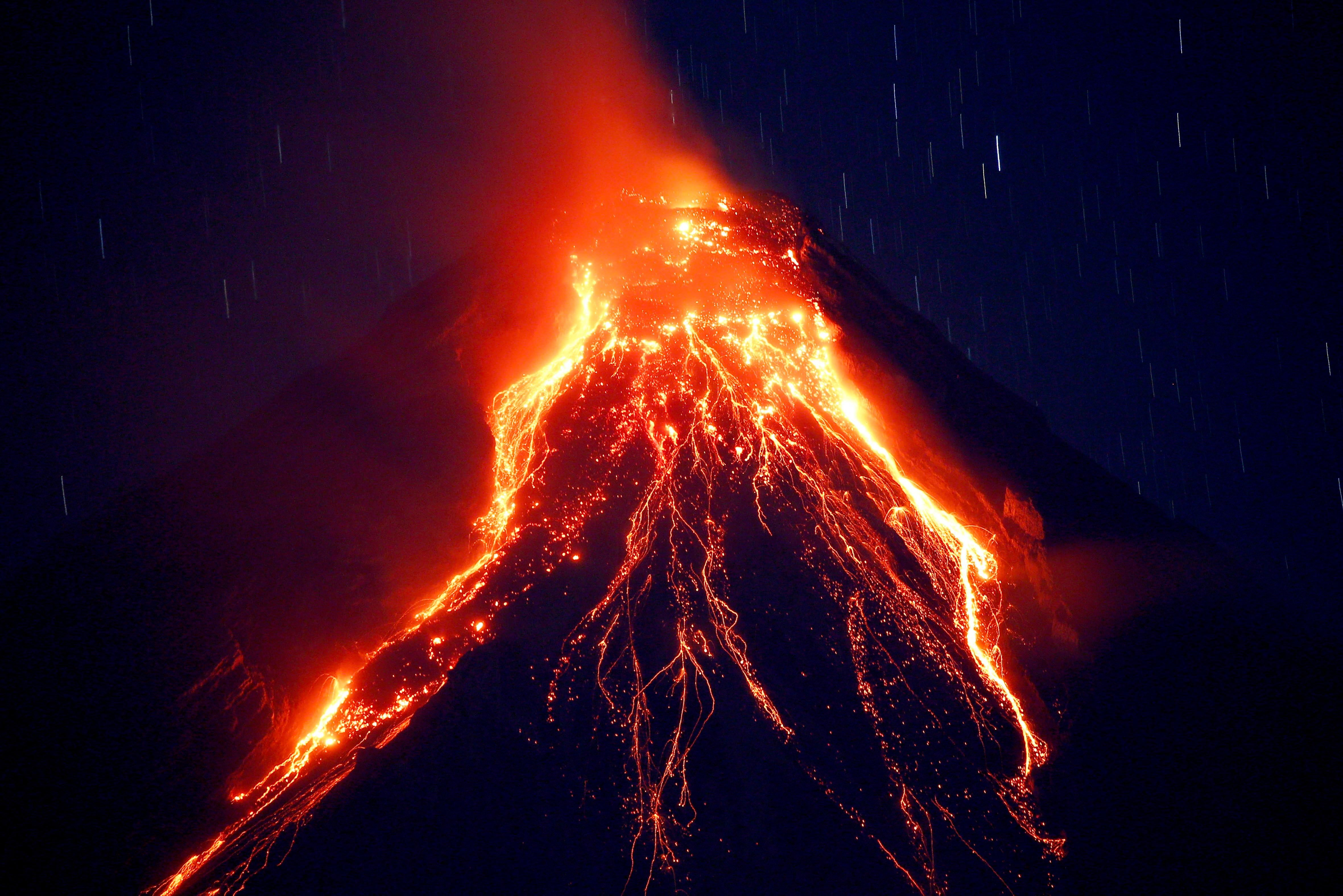 Lava Cascades Down The Slopes Of Mayon Volcano During Its Eruption For The Second Straight Day Tuesday Jan 23 2018 As S Volcano Photos Japan Volcano Volcano