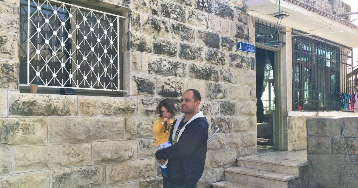 تحالف عائلة سمرين في القدس توفيق أبو شومر أصدرت محكمة القدس قرارا بالاستيلاء على منزل عائلة سمرين الفلسطينية في القدس 7 7 2020م وطرد ساكنيه الفلسطينيين وإمه