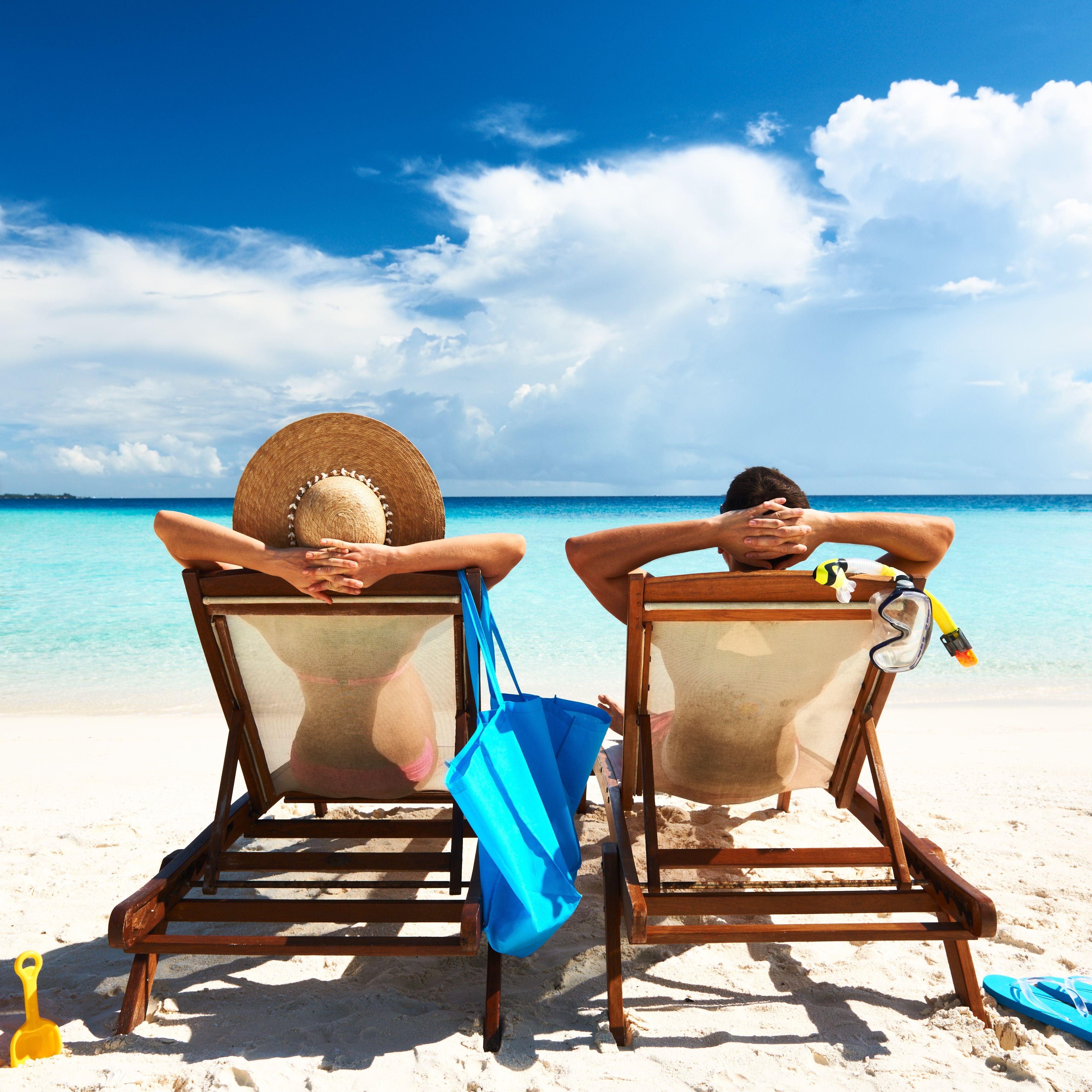 Couple Lounging Disfruta Con La Ayuda De Toursenespanol Com Ir De Vacaciones Playas Tropicales Vacaciones
