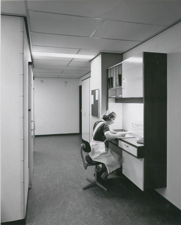 Diaconessenhuis in de jaren 1960. De zusterpost tussen kamer 1 en 2 tegenover de spoelkeuken.