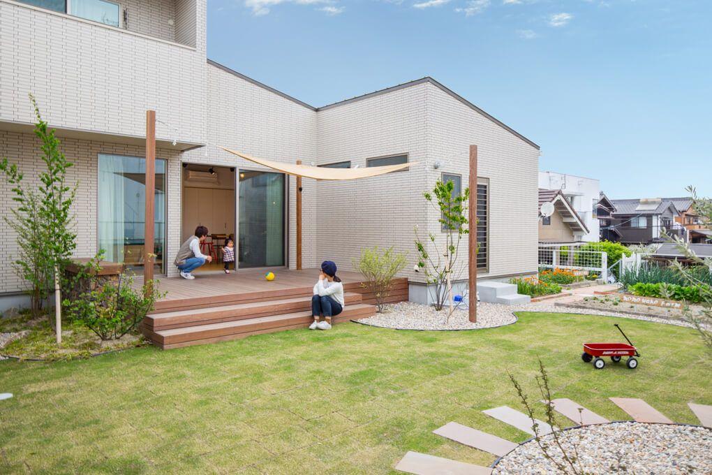 日当りも良く家庭菜園にも適した広いお庭 ウッドデッキから自然と家族