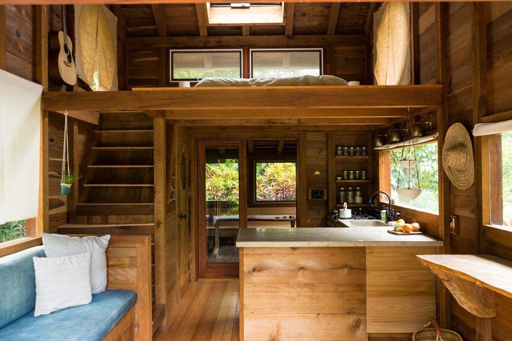 Une Mini Maison De Reve Construite Sur Une Ferme De Papaye A Hawaii Joli Joli Design In 2020 Surf Shack Surf House Beach Cottage Style