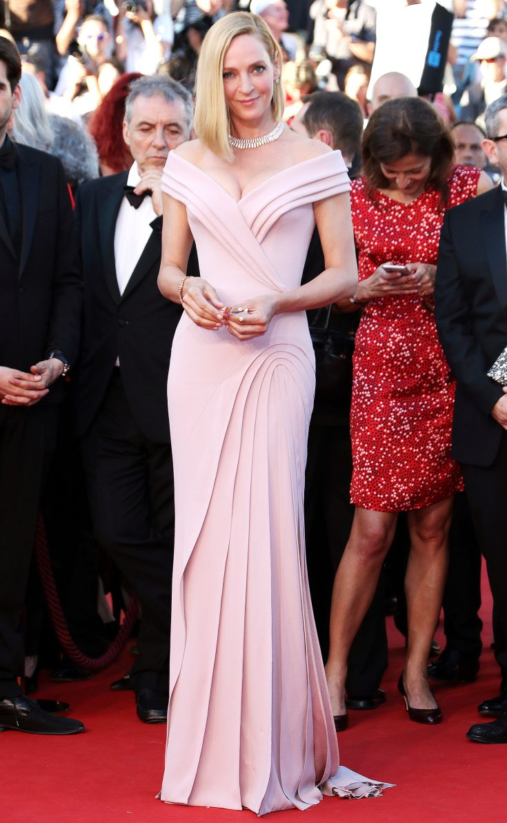 2017 Cannes: Uma Thurman is wearing a blush Atelier Versace off shoulder gown. This gown is sexy and glamorous! I love the intricate pleating. This dress hugs Uma's curves perfectly!