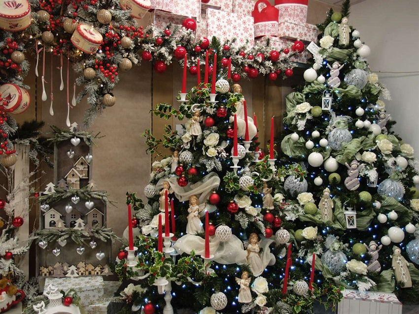 Idea vetrina con addobbi alberi di natale. Christmas tree