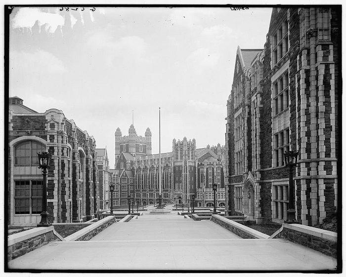 Originalmente fundada como la Academia Libre de la Ciudad de Nueva York, lo que aparece en la foto es el Colegio de la Ciudad de Nueva York. Nueva York, 1900.
