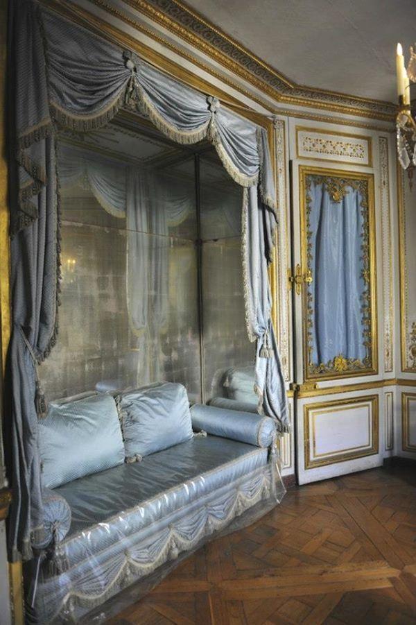 petits appartements de versailles l 39 alc ve du cabinet de la m ridienne recouvert de miroirs. Black Bedroom Furniture Sets. Home Design Ideas