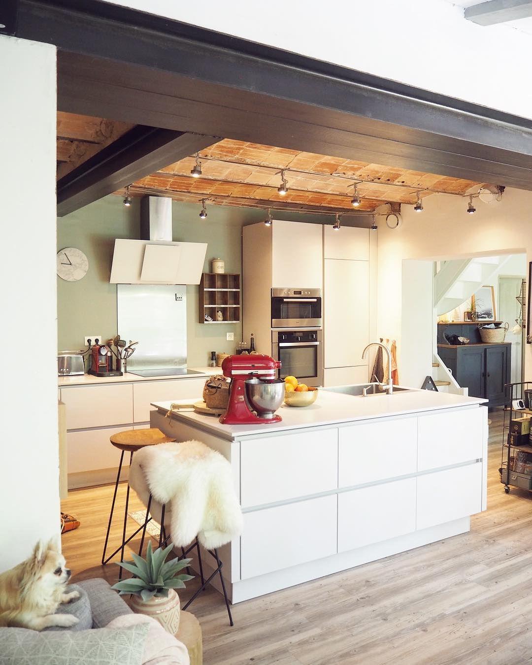 Couleur Mur Cuisine Blanche Et Grise vert de gris - cuisine blanche mise en valeur grâce au mur