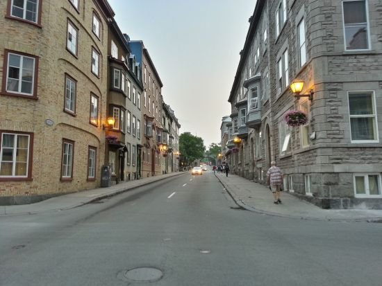 Vue de la rue Saint-Louis en direction des fortifications (collection de l'auteur, 2014)