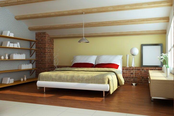 Elegante Moderne Schlafzimmer Mit Freiliegenden Deckenbalken, Holzfußboden,  Offene Regale Ziegel Wand Und Weiß Bett