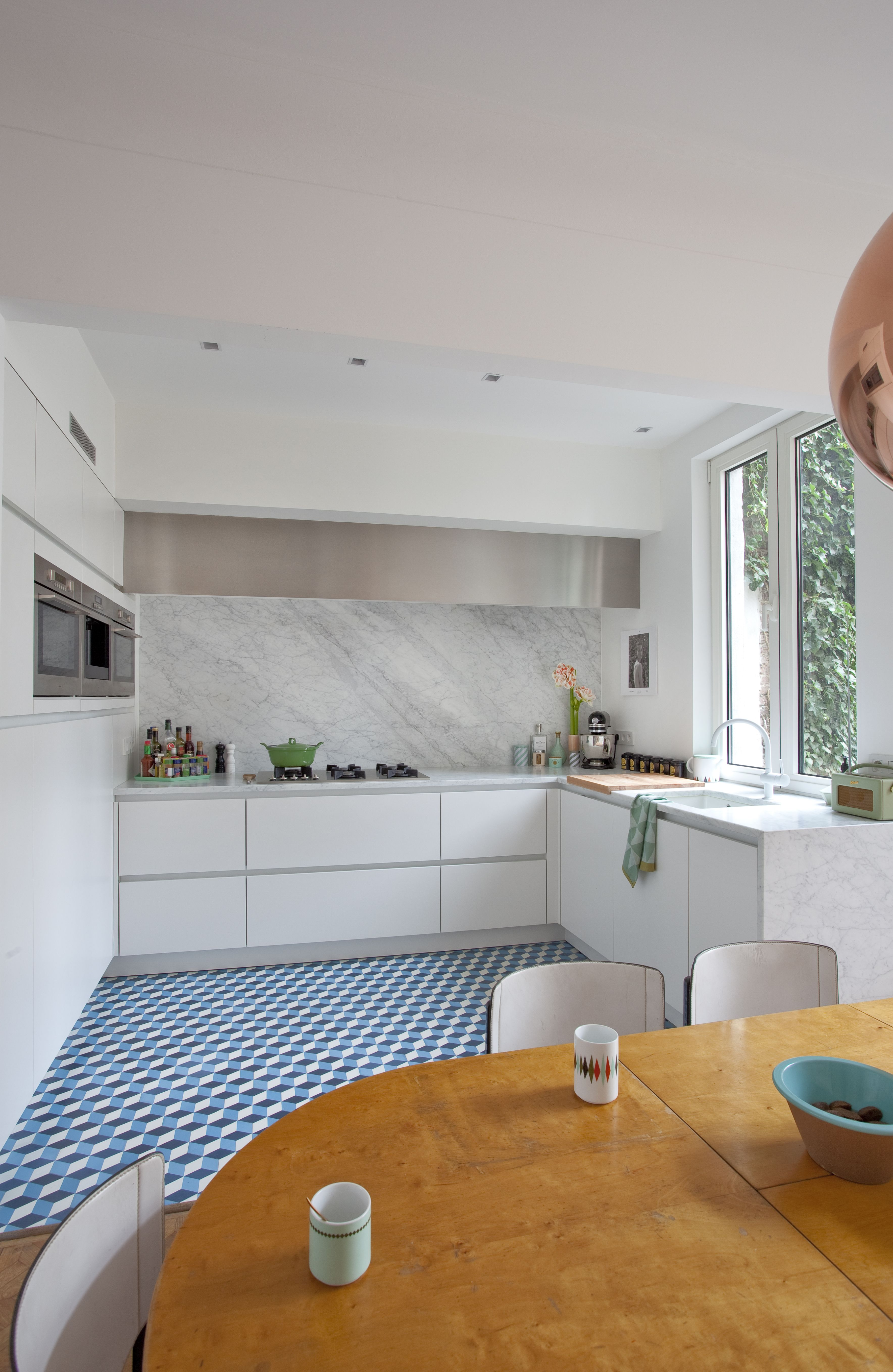 Tvis Keuken With A Bright Wild Geometric Floor Design A Minimalist White
