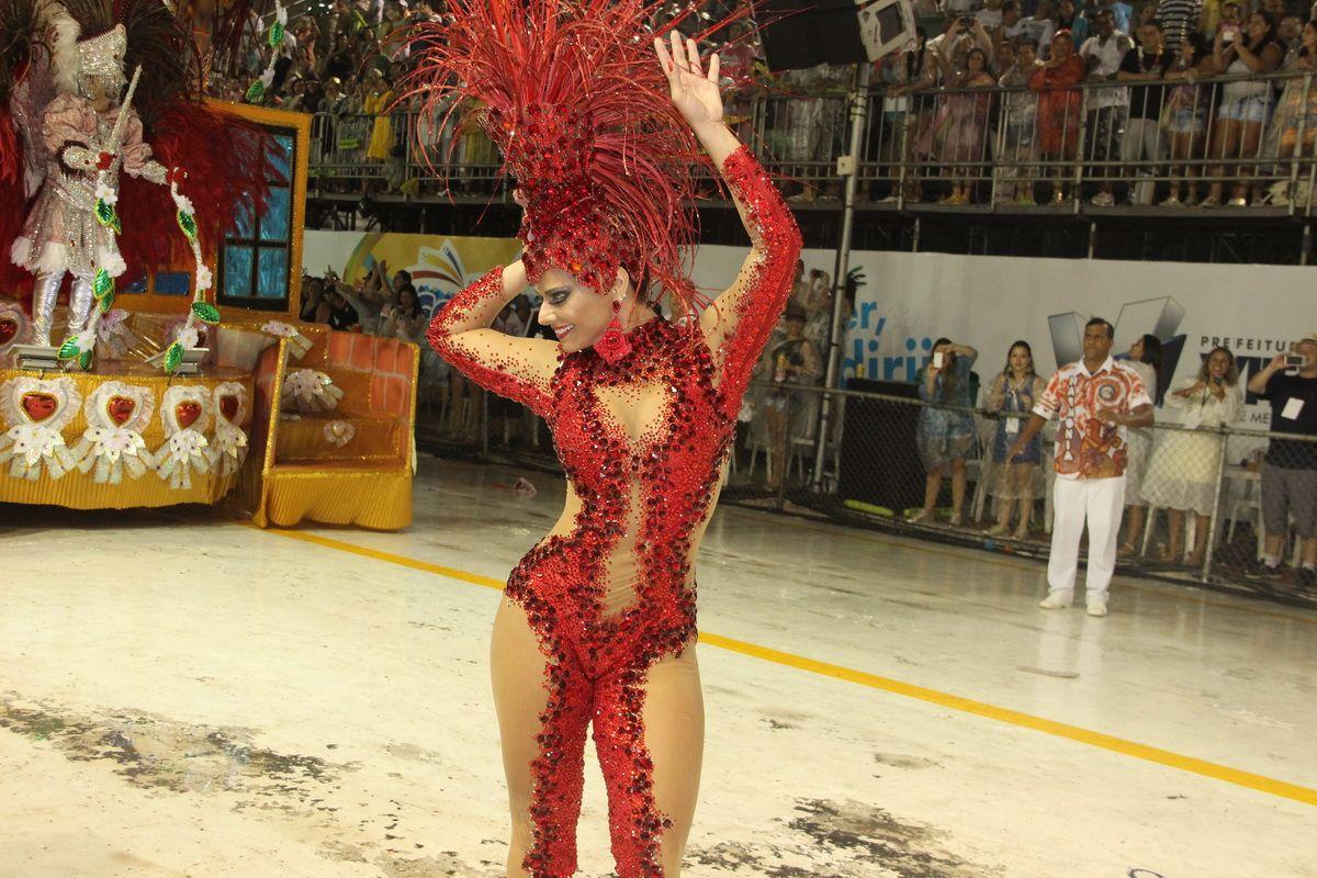 Viviane Araújo desfila em Vitória como rainha de bateria em Carnaval: 'Amo'