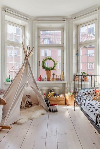Binnenkant : Kinderkamer met een tentje...