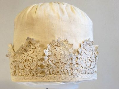 Linen cap with lace border, 1600-1630. From the collections of the Manchester Art Galleries.