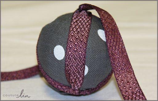 tuto pour confectionner des boules de no l en tissu de lin et ruban pour une d co de no l. Black Bedroom Furniture Sets. Home Design Ideas