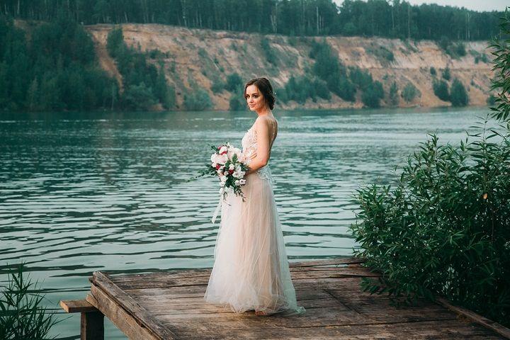 Beige and emeral wedding , Beige wedding dress for beach wedding | fabmood.com #wedding #weddingcolor #beachwedding #weddingdress #beigewedding