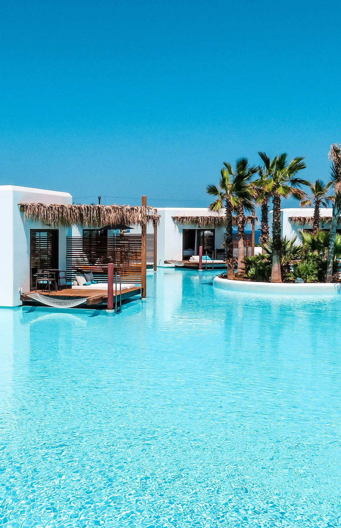 Das luxuriöse 5-Sterne Hotel Stella Island Luxury Resort & Spa auf Kreta ist ein absoluter Traum und bietet jeglichen Komfort. Auf dem Reiseblog Ninifeh findet ihr eine ausführliche Beschreibung und Übersicht über das Hotel sowie Tipps und Bilder. Das Highlight ist der Lagunen-Pool, der sich um das gesamte Resort erstreckt. #GriechenlandUrlaub #LuxusHotel #PoolGoals #KretaHotel