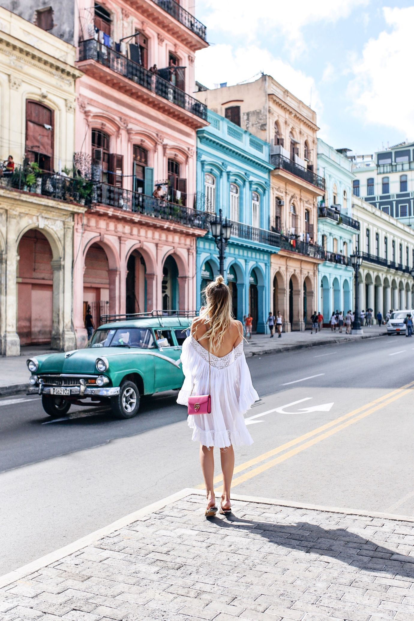 Colors of Havana - Read the ultimate travel guide here: http://www.ohhcouture.com/2016/08/havana-travelguide/ #ohhcouture #leoniehanne