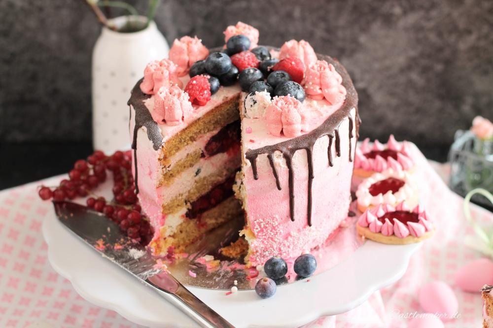 Fruchtige Torte Im Ombre Look Mit Himbeeren Heidelbeeren Drip Cake Fruchtige Torten Kuchen Rezepte Ausgefallen Kuchen Und Torten