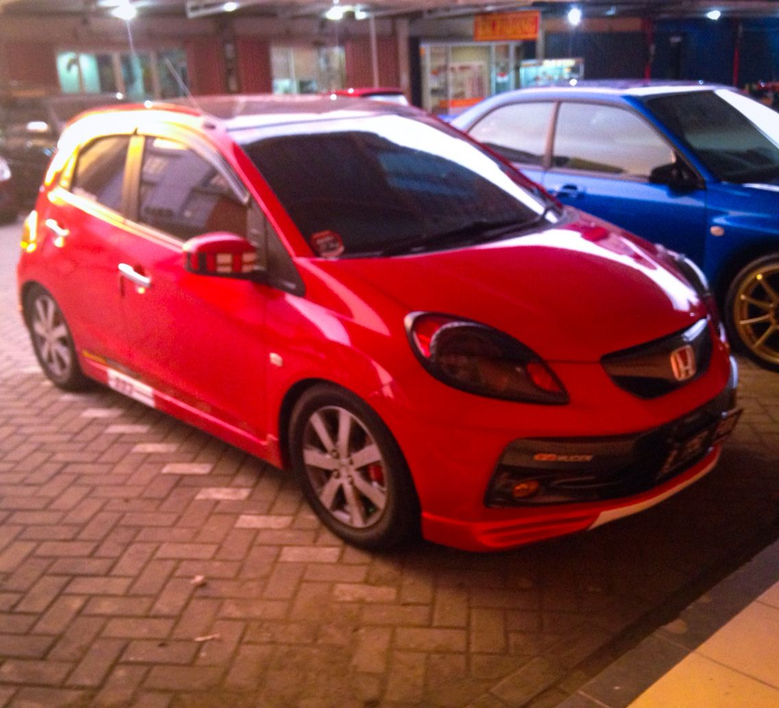 Modifikasi Mobil Brio Merah