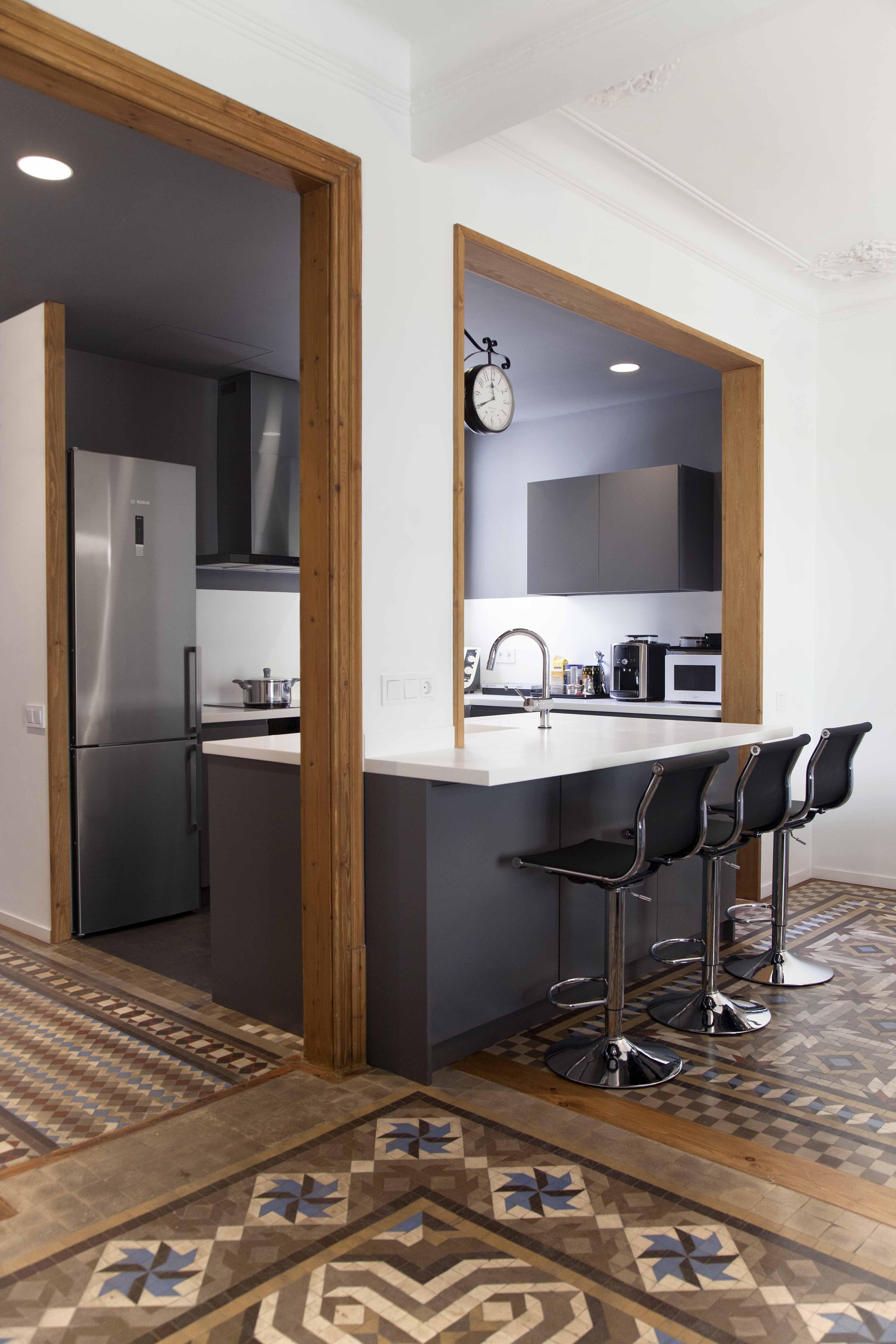 Cocina moderno decoracion via planreforma muebles de - Barras de bar para cocinas ...