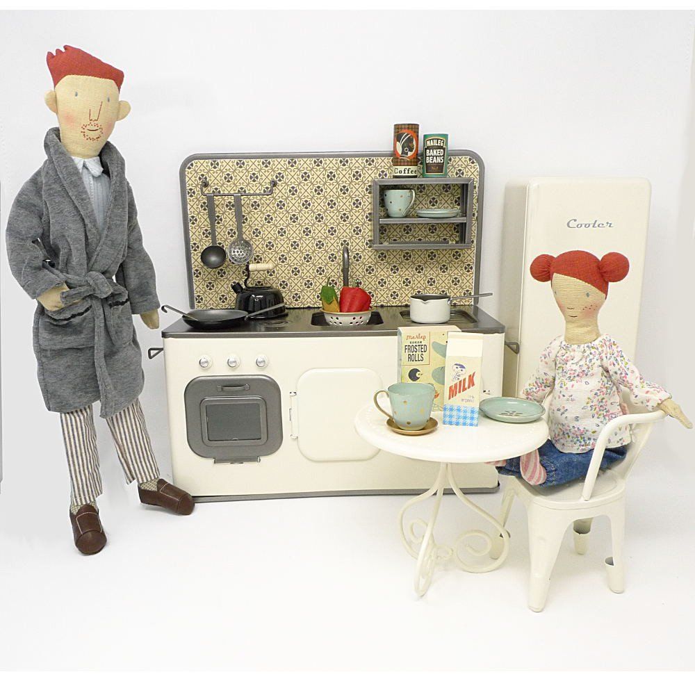 This fabulous doll size kitchen set comes with matching metal ...