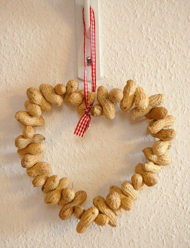 Herz aus Draht und Erdnüssen Restaverwertung Weihnachten Deko rot ...