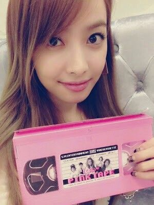 F(x) Victoria snapped a photo with their Pink Tape album.