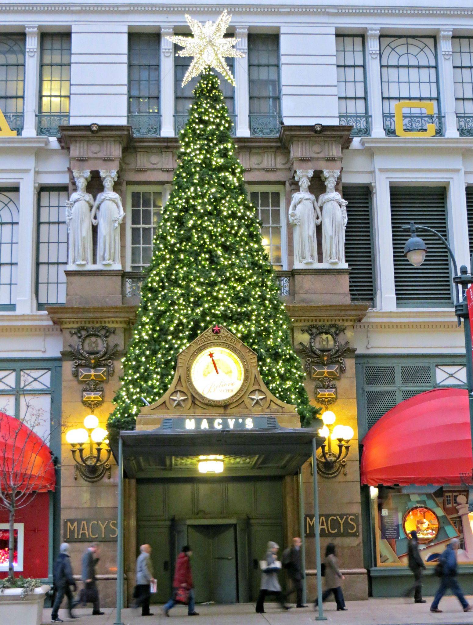 Macy\'s at Christmas time, 151 West 34th Street, New York City. in ...
