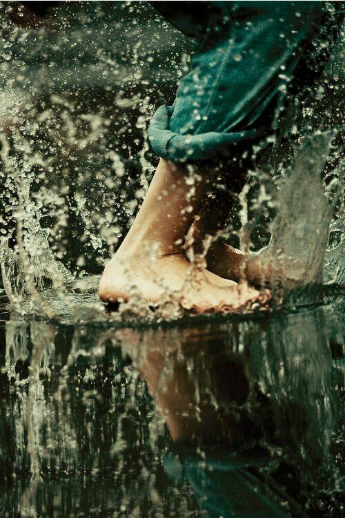 Andar descalzos bajo la lluvia estival