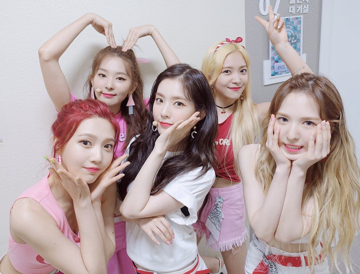 They All Look Pretty As Usual Wendy Looks Like A Caucasian Is The Eyebrows Red Velvet Velvet Red Velvet Irene