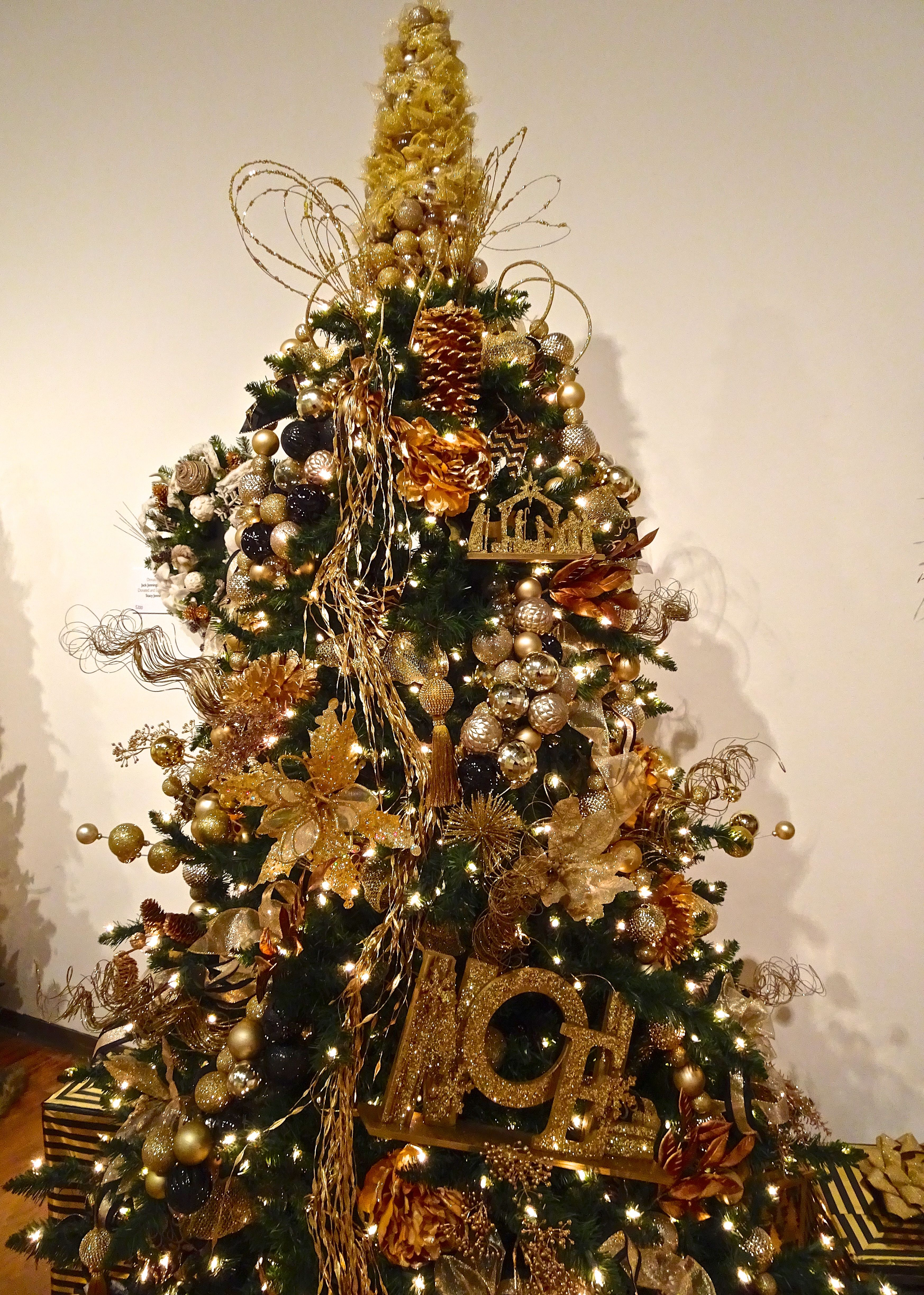 Exquisite Gold Christmas Tree At Oma Festival Of Trees In 2020 Orlando Museum Of Art Gold Christmas Tree Florida Christmas