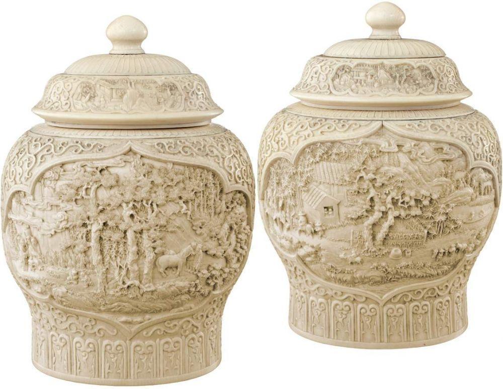 Paar exzellente Deckelvasen China 18./19. Jh. Unterschiedlich beschnitzt aus massivem Elfenbein. Jed — Asiatika
