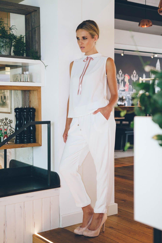 brautanzug aus crepe mit l ssiger hose und schleifenbluse. Black Bedroom Furniture Sets. Home Design Ideas