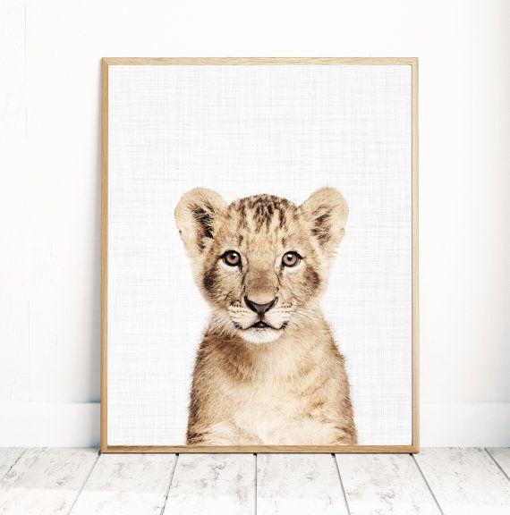Bébé Lion imprimable - Collection texturisée  TELECHARGEMENT IMMEDIAT  Imprimer cette oeuvre murale moderne de votre ordinateur à la maison ou l'imprimerie locale pour décorer votre maison!  Impression comprend: 4 fichiers JPG & 1 feuillet  Votre commande comprendra quatre 4 JPG avec différentes tailles et un 1 feuillet. Vous recevrez chaque fichier décrit ci-dessous! Avoir ces fichiers multiples permet de s'assurer que l'impression sera s'adapter à n'importe quelle taille de cadre que…