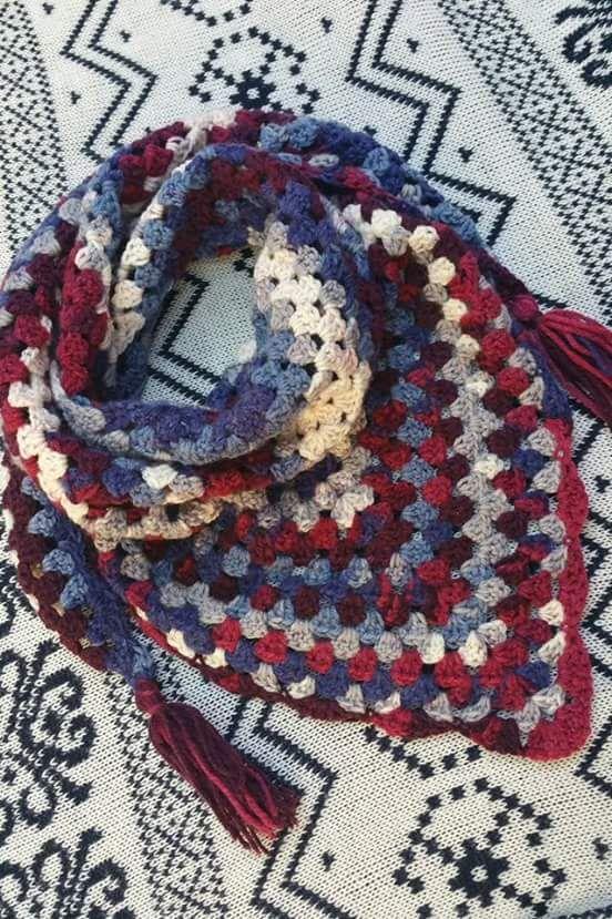 Pañuelo de crochet realizado por Macarena Guil con lana Caricia ...