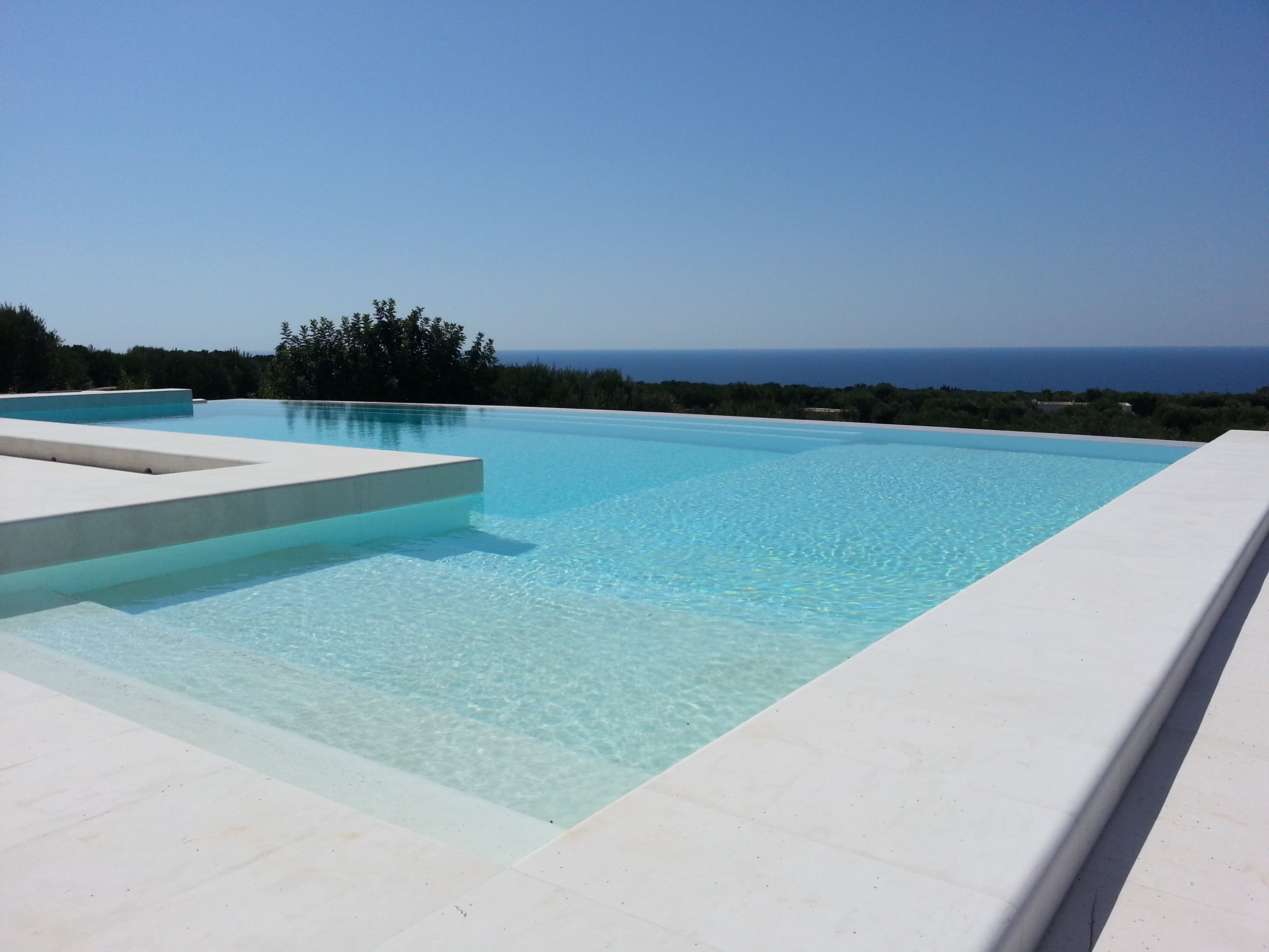 Piscina design sfioro living in luxury piscinas for Decorazioni piscina