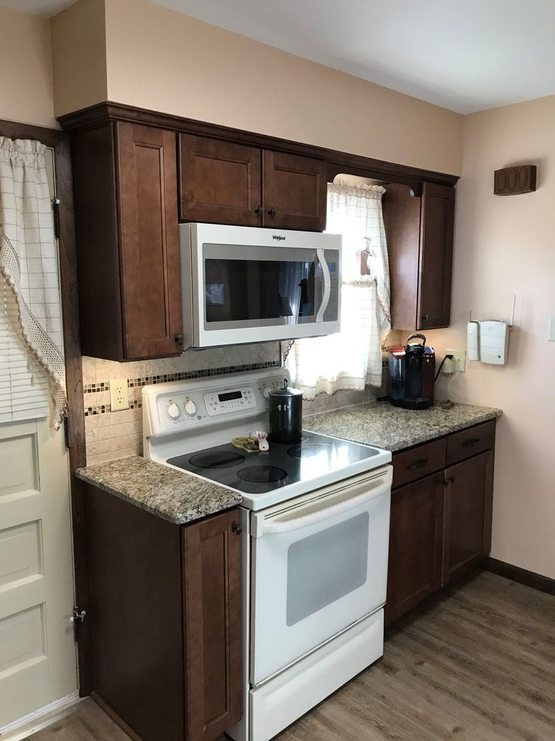 This Just Completed Kitchen Remodel Features Wellborn Millbrook Maple Square Door Style In Sable Finish With Santa Cecelia Granite Kitchen Driftwood Flooring Kitchen Installation