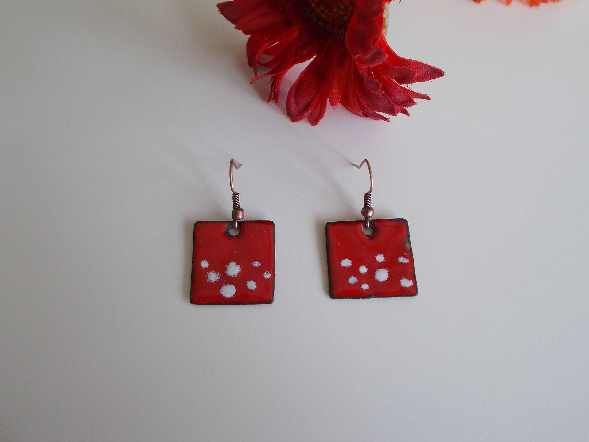 boucles d'oreilles rouges et blanches émail sur cuivre : Boucles d'oreille par elisabijoux