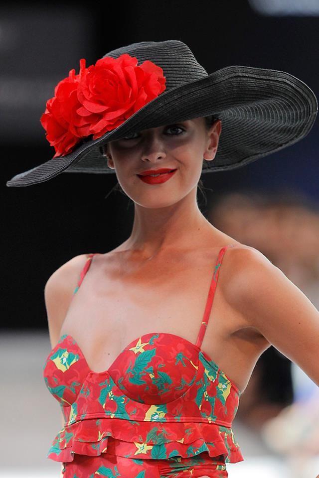 Sombrero negro decorado con flores rojas 459df5b5ea6