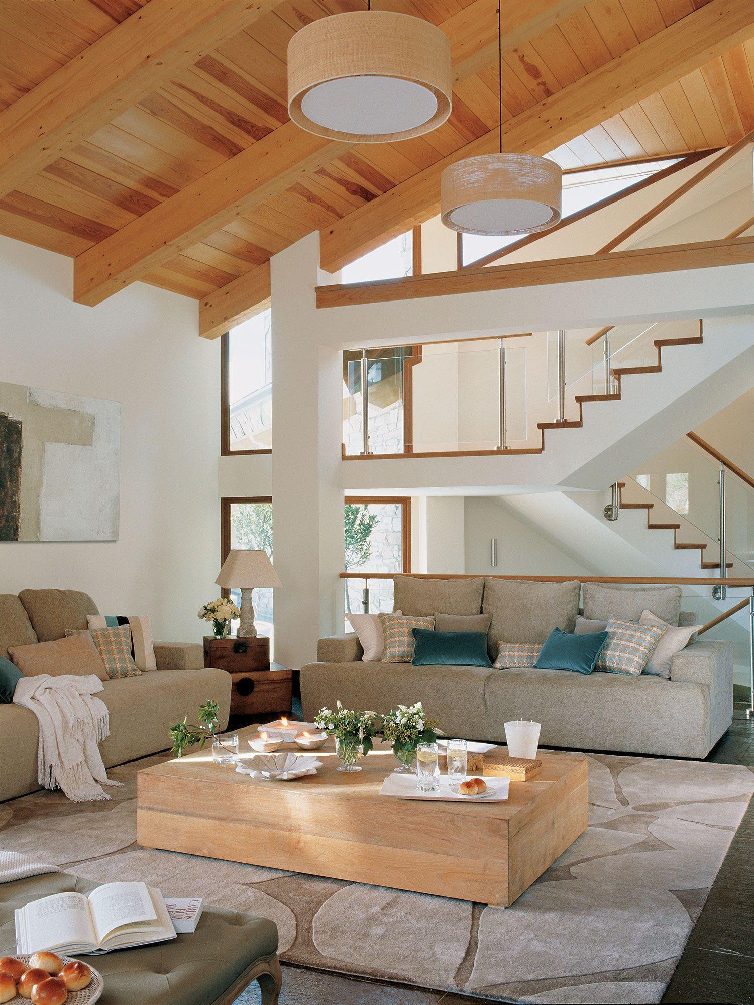 Salón con techos altos revestidos de madera y decoración actual ...